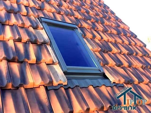 חלון גג אלומיניום על רעפים
