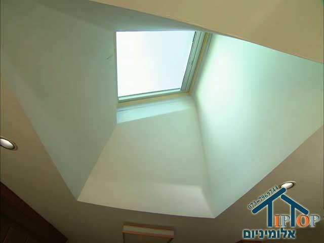 חלון גג בעליית הגג