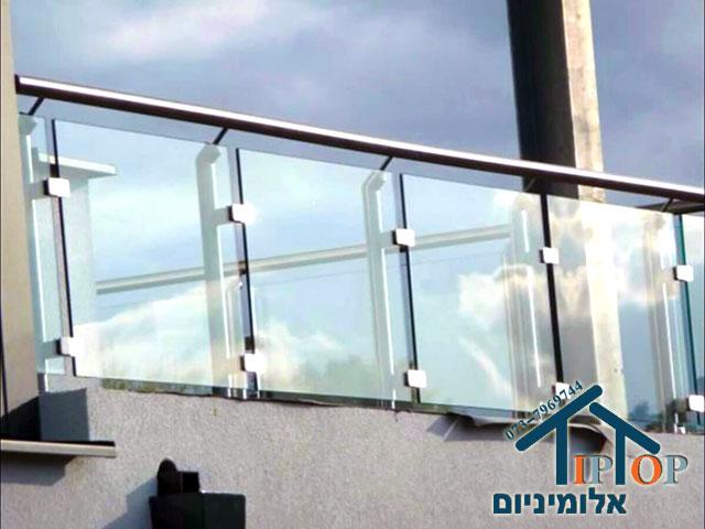 מעקה אלומיניום וזכוכית למרפסת