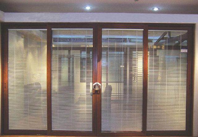 חלון זכוכית עם מסגרות עץ