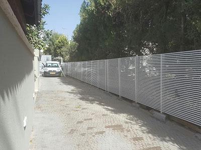 גדר אלומיניום בחצר